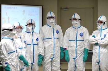 感染防護服を着る練習中の環境省レンジャー.jpg